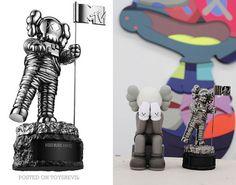 El moonman de los VMA's por primera vez es re-diseñado y Kaws.