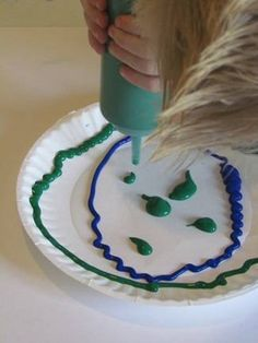 Earth day - spinning earth craft - once squeezed the paint turn upside down onto another piece of paper and turn it to create a smooch effect with the paint of lakes / earth. Earth Day Projects, Spring Projects, Spring Crafts, Holiday Crafts, Art Projects, Earth Day Activities, Spring Activities, Activities For Kids, Earth Craft