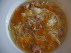 Do hrnce dáme vařit vodu, vegetu, sůl, pepř a nastrouhanou mrkev. Povaříme a přidáme na kostičky nakrájené vepřové maso z konzervy. Povaříme... Thai Red Curry, Cabbage, Spaghetti, Vegetables, Ethnic Recipes, Food, Essen, Cabbages, Vegetable Recipes