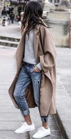 16 Trendy Autumn Street Style Outfits For 2018 - UK : Street style outfits! Trendy street style outfits and outfit ideas to step up your game this autumn. These fall 2018 street style looks are perfect for the streets of London! Look Fashion, Urban Fashion, Fashion Outfits, Womens Fashion, Fashion Trends, Fashion Coat, Fall Fashion, Sneakers Fashion, Fashion Ideas