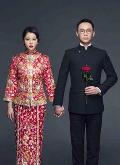 林心如婚宴上所穿的是度身訂造的中式禮服。晚裝裙加入旗袍的小企領,並繡上東方元素的刺繡,修腰設計令新娘子搖曳生姿。腳上配搭的是Ferra…