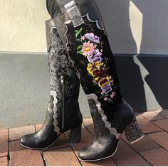 . 🖤Petal Royal🖤  Con este must en negro tu coleccion de botas estará casi completa. Vienen en tres colores y las puedes comprar en nuestra tienda en linea en  IC Mèxico 🇲🇽 www.irregularchoicemexico.com . ULTIMOS PARES . . .  #irregularchoicemexico #irregularchoiceshoes #zapatosunicos #adictasaloszapatos #tendenciasdemoda #tendenciashoes  #shoes #shoestagram #zapatos  #shoeaddict  #irregularchoiceaddict #botasaltas #botas Irregular Choice, Cowboy Boots, Mexico, Shoes, Fashion, Shopping, High Boots, Fashion Trends, Tent