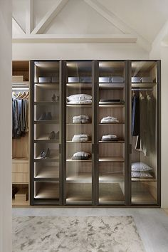 10 Room Men& Closet Photos that will Inspire You on How to Organize and Assemble Yours Glass Wardrobe, Wardrobe Design Bedroom, Bedroom Wardrobe, Wardrobe Closet, Wardrobe Ideas, Walk In Closet Design, Closet Designs, Closet Layout, Dressing Room Design