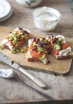 Smoked salmon, avocado & beet crostini with whipped cream - Trois fois par jour Healthy Cooking, Healthy Recipes, Tapas, Smoked Salmon, Salmon Avocado, Avocado Cream, Avocado Recipes, Appetisers, Perfect Food