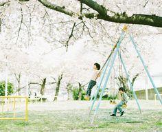 早前我們都有介紹過日本攝影師濱田英明的作品《赤子》,無論是Pentax 67與Takumar鏡頭的魅力,或是攝影師與孩子間的情誼,都讓觀相者留下深刻的印像。而今次介紹的作品集《晴與皆》,同樣記錄了攝影師與兩個孩子的日常,同樣窩心非常。
