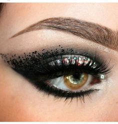 Take a look at this very beautiful makeup! Like how subtly the shimmer was added to the top eye lid. Black eyeliner on the waterline as well as top lid. GET EYELINER CREATIVE! Dali, Makeup Kit, Hair Makeup, Makeup Ideas, Party Makeup, Beauty Make Up, Hair Beauty, Black Eyeliner, Eye Art