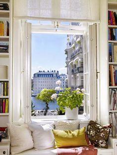 Le coin plus sympa dans la maison : un coin lecture avec vue sur la cité.