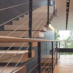 Escada com degraus engastados e guarda-corpo com cabos de aço é sempre uma solução que une o desenho ...