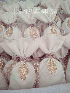 Μπομπονιέρα γάμου - Χειροποίητο πουγκάκι με κορδόνι και χρυσό μεταλλικό φυλλαράκι. Η τιμή συμπεριλαμβάνει το ΦΠΑ και 5 κουφέτα αμυγδάλου Χατζηγιαννάκης Creative Wedding Gifts, Handmade Wedding Favours, Wedding Gift Boxes, Creative Gift Wrapping, Wedding Gifts For Guests, Creative Gifts, Wedding Favors, Wedding Decorations, Wedding Souvenir