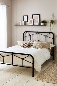 minimal bedroom Single Beds Can Be Useful For Minimal Bedrooms Designs Room Ideas Bedroom, Home Decor Bedroom, Modern Bedroom, Bedroom Bed, Gothic Bedroom, In The Bedroom, Small Bedroom Layouts, Tan Bedroom Walls, Small Bedroom Decorating