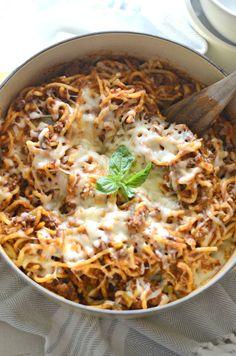 Easy Cheesy Skillet Spaghetti made with Campbell's Savory Portobello Mushroom soup. Lotsa Pasta, One Pot Pasta, Easy Cooking, Cooking Recipes, Healthy Recipes, Cheap Recipes, Easy Recipes, Cheddar, Ramen