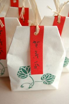 宝泉堂「賀茂葵(かもあおい)」Kyoto Japan Rice Packaging, Baking Packaging, Kraft Packaging, Food Packaging Design, Paper Packaging, Cosmetic Packaging, Packaging Design Inspiration, Tea Logo, Japanese Packaging