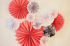 DIY Papier Rosetten und Papierfächer - mit dieser Anleitung Papierfalter als Partydeko und Hochzeitsdeko einfach selber machen, gefunden auf www.Partystories.de Copper Wedding, Diy Papier, Rosettes, Flamingo, Table Lamp, Birthday, Crafts, Inspiration, Blog