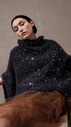 Chunky sweater and light skirt ✨ 🌸 🌹 ᘡℓvᘠ❤ﻸ Elegant Outfit, Crochet Fashion, Mode Inspiration, Girl Fashion, Fashion Design, Brunello Cucinelli, Pulls, Dress To Impress, Mantel