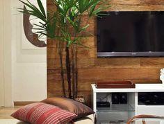 O painel de madeira de demolição em tábuas, da Assoalhos Monet, é fixado à alvenaria sobre barrotes verticais e permite que a fiação da TV plasma fique escondida. O projeto de interiores do apartamento Putti, em São Paulo, é assinado pelo arquiteto Flávio Castro