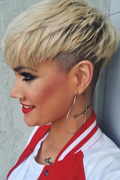 Short Pixie With Undercut ❤… Short Pixie With Undercut ❤️ Love the idea of undercut pixie mixture? Besides lovely ideas of how to style your shaved Latest Short Hairstyles, Trendy Haircuts, Short Pixie Haircuts, Pixie Hairstyles, Summer Hairstyles, Haircut Short, Ladies Hairstyles, Popular Haircuts, Bob Haircuts