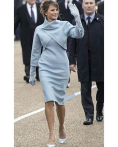 미국 45대 대통령 도널드 트럼프의 취임식에 참석한 멜라니아 트럼프 미국 패션을 상징하는 브랜드 랄프 로렌의 캐시미어 원피스와 숄 칼라 재킷을 입고 가죽 장갑과 스웨이드 스틸레토까지 하늘색으로 맞췄네요 1961년 35대 대통령 존 F. 케네디의 취임식에서 재클린 캐네디가 입은 옷으로부터 영감 받은 듯 합니다멜라니아가 취임식에서 입을 영부인 드레스는 줄곧 기대가 컸죠? 잭 포즌과 타미 힐피거 톰 브라운과 캐롤리나 헤레라가 드레스 디자인을 원했고반대로 톰 포드 데렉 램 마크 제이콥스와 필립 림은 절대로 그녀를 위한 옷을 만들 일이 없다고 밝힌 바 있습니다(공교롭게도 랄프 로렌은 힐러리 클린턴을 지지했던 디자이너 물론 이날 참석한 힐러리도 랄프 로렌을 입었습니다) 멜라니아는 백악관에 도착하자마자 미셸 오바마에게 하늘색 티파니 박스를 선물해 전 영부인을 당황케 했습니다지난 트럼프 당선 직후 티파니 주가가 급락한 뉴스를 보셨나요? 맨해튼 5번가의 티파니 매장은 트럼프 타워 바로…
