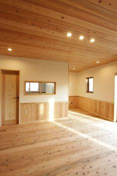 腰壁と、天井にある木でぬくもり溢れる空間になりました。#リビング#腰壁#自然素材