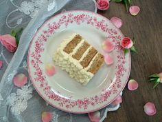 Gulrotkake med ostekrem er veldig godt, og enkelt å lage. Lag den gjerne i to små springformer og del hver kakebunn i to, så får man en fin og høy kake med tre lag krem! Gulrotkake, springform 22 c…