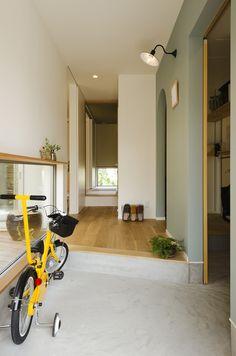 土間玄関とシューズクローク。 ナラの床とアースカラーの愛称は抜群! 窓枠を兼ねた、飾り棚がポイントです。