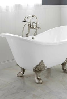 Achieve an elegant Victorian-style bathroom with the Arabella Cast Iron Double-Slipper Tub when remodeling your home. This vintage-style tub will pair perfectly with your modern bathroom to create an updated look.