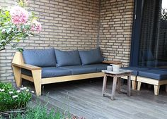Do it yourself: Outdoor Lounge handmade by Ilse | Zelfgebouwde Lounge tuinbank 'Leon' door Ilse met werktekeningen van meubelwerktekening.nl Outdoor Sofa, Outdoor Furniture, Outdoor Decor, Wooden Couch, Wood Sofa, Modul Sofa, Diy Furniture Plans, Outdoor Projects, Backyard
