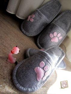 Pantofole in pannolenci con impronte di gatto. #FestaMondialeDelGatto #WorldCatDay #Miao #Meow