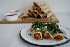Tacos de papa y pollo y dos salsas/ Potato and chicken tacos with two sauces