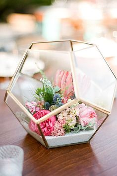 Add pastel blooms to a geometric terrarium to create a gorgeous modern spring centerpiece, perfect for Easter brunch. Add pastel blooms to a geometric terrarium to create a gorgeous modern spring centerpiece, perfect for Easter brunch. Beach Wedding Decorations, Spring Decorations, Floral Decorations, Diy Decorations For Home, Flower Decoration, Decor Wedding, Deco Floral, Floral Design, Floral Room