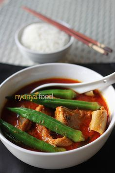 Tamarind Fish Curry (Gulai Tumis) - Hot and sour curry which is traditionally famous among the Nyonya and Hainanese households in Malaysia. Easy Asian Recipes, Easy Delicious Recipes, Fish Recipes, Seafood Recipes, Seafood Soup, Spicy Recipes, Malaysian Cuisine, Malaysian Food, Malaysian Recipes