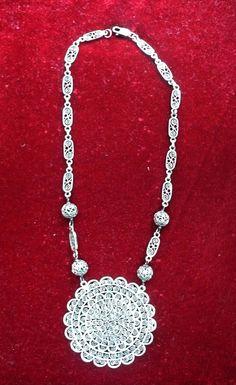Collar de filigrana de plata diseñada por el artista oaxaqueño José Jorge García. / Sterling filigree necklace designed by José Jorge García, artist silversmith from Oaxaca, Mexico.