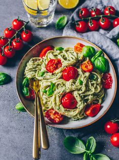 Avocado Pasta (cremige Guacamole The best avocado pasta ever! Made easy and fast – vegan, dairy-free, super creamy and so delicious! A delicious pasta dish for those in a hurry! Pasta Recipes, Vegetarian Recipes, Dinner Recipes, Healthy Recipes, Healthy Lunches, Eating Healthy, Lunch Recipes, Baking Recipes, Cake Recipes
