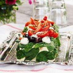 Italiensk smörgåstårta med mozzarella & tomat Mozzarella, Tapenade, Ceviche, Oliver, Caprese Salad, Sandwiches, Veggies, Snacks, Recipes