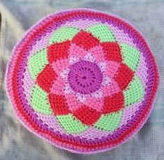 Hooking Crazy: Tunisian Entrelac Circle Cushion -- Great pattern for the bottom of a bag. Crochet Pillow Patterns Free, Tunisian Crochet Patterns, Free Pattern, Knitting Patterns, Knitting Tutorials, Crochet Afghans, Crochet Granny, Lace Knitting, Crochet Round
