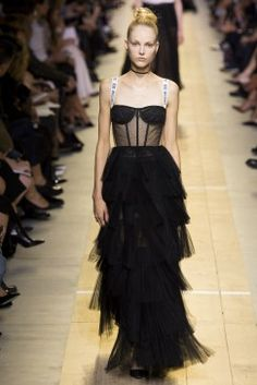 The complete Christian Dior Spring 2017 Ready-to-Wear fashion show now on Vogue Runway. Dior Fashion, Catwalk Fashion, Fashion 2017, Trendy Fashion, Fashion Show, Fashion Outfits, Fashion Design, Fashion Trends, Haute Couture Style
