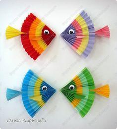 Рыбки тоже были в книжке. Но их предлагалось складывать из прозрачной бумаги радужной расцветки, которой , конечно же, у меня не было. Поэтому я сначала склеивала разноцветные полоски принтерной бумаги, а потом выполняла гофрировку
