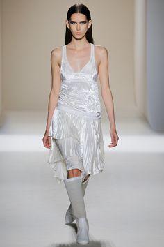 Victoria Beckham Spring 2017 Ready-to-Wear Fashion Show - Aléxia Bellini velvet