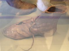 photo Medieval Boots, Shoe Pattern, Leather Working, Leather Craft, Slippers, Dance Shoes, Shoemaking, Footwear, Ballet