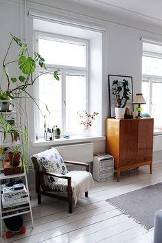 A casa di Sajia Starr, pittrice e blogger finlandese con una grande sensibilità per il colore e la passione per lo stile scandi vintage, l'urbanjungle e i pattern scandinavi