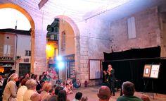 Ce vendredi 8 août, la représentation gratuite proposée par les Balades en Cadillac était surprenante : Georges offrait sous les halles de la ville sa magie.