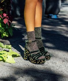 Die First Man Repeller Schuhkollektion ist da – und sie ist * gut * Sock Shoes, Cute Shoes, Me Too Shoes, Flat Shoes, 70s Shoes, Strappy Shoes, Men's Shoes, Moda Converse, Outfits