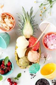 fill an emptied out pineapple with sorbet, I would do that with ananas + vodka! Think Food, Love Food, Pineapple Boats, Pineapple Sorbet, Fruit Sorbet, Food Porn, Summer Desserts, Summer Recipes, Frozen Treats