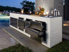 Find out the best and awesome outdoor kitchen design plans, kits & ideas for your dream home Modular Outdoor Kitchens, Modern Outdoor Kitchen, Outdoor Kitchen Cabinets, Kitchen On A Budget, Kitchen Decor, Modern Kitchens, Rustic Outdoor, Backyard Kitchen, Kitchen Contemporary