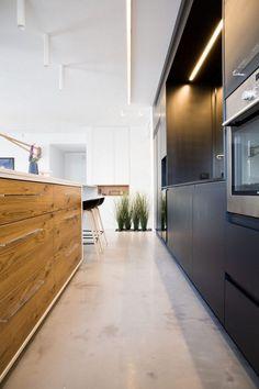 Moderne offene Küche mit Estrich Boden