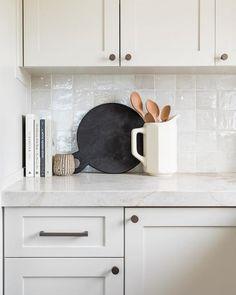 Home Interior Traditional Modern Kitchen Decor Interior Modern, Kitchen Interior, Kitchen Design, Scandinavian Kitchen Backsplash, Modern Kitchen Decor, Kitchen Countertop Decor, Swedish Interior Design, White Kitchen Decor, Interior Colors