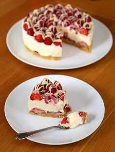 White Chocolate Berry Cheesecake: The recipe sounds good, but I might change the crust to graham cracker. Also, the double cream should be same as heavy cream. Sharee added Tbsp lemon juice and 1 Tbsp lemon zest to it. No Bake Desserts, Just Desserts, Delicious Desserts, Dessert Recipes, Yummy Food, Cupcakes, Cupcake Cakes, Yummy Treats, Sweet Treats