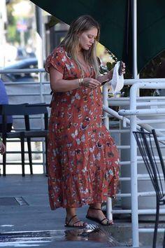 Hilary Duff Street Style in Sherman Oaks Famous Celebrities, Beautiful Celebrities, Celebs, Latest Celebrity News, Celebrity Gossip, Hilary Duff Style, Sherman Oaks, Celebrity Hairstyles, The Duff