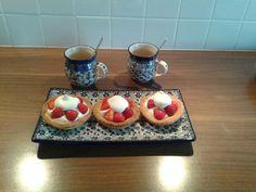 Mini taartjes met custard, fruit en zelfgemaakte slagroom