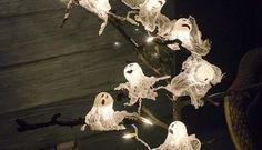 25 Easy and Cheap DIY Halloween Decoration Ideas 2017 Halloween is just around the corner. It is time to get into the Halloween spirit with some gorgeous and spooky decorations. Many people spend days making their homes look scary and fun. Halloween Door Decorations, Spooky Decor, Balloon Decorations, Scary Decorations, Balloon Ideas, Creepy Halloween, Spirit Halloween, Halloween Ideas, Halloween 2019