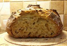 Chlieb je potravina, ktorú má na stole asi každý. Vždy tvorí základ nášho nákupného zoznamu. Čo tak si ho pripraviť doma? A nie je to len taký obyčajný chlebík. Je to cibuľový chlieb, ktorý budete milovať a tá vôňa je jednoducho úžasná. Jediné negatívum je, že musíte počkať, kým úplne nevychladne, čo je, povedzme si